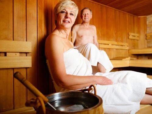 altes Paar in Sauna